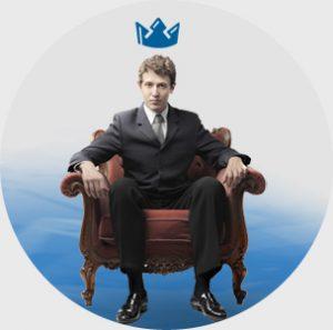 Mężczyzna siedzący na fotelu z koroną na głowie